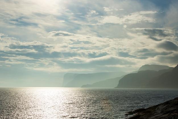 Jesienny zachód słońca i krajobraz w nordkapp. północna norwegia