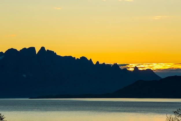 Jesienny zachód słońca i krajobraz w północnej norwegii. europa.