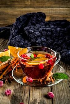 Jesienny zimowy gorący napój - craberry i pomarańczowa pikantna herbata