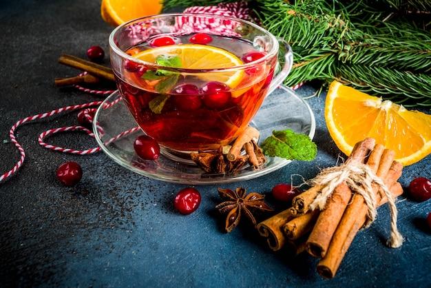 Jesienny zimowy gorący napój - żurawinowa i pomarańczowa pikantna herbata