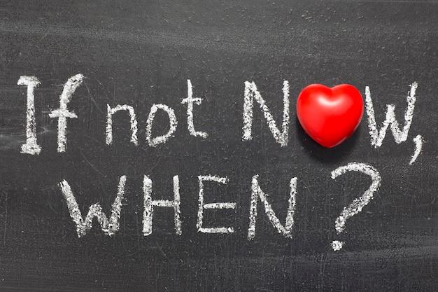 Jeśli nie teraz, pytanie napisane odręcznie na tablicy z symbolem serca zamiast o