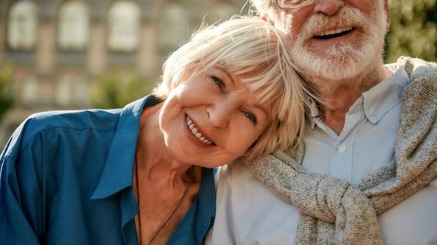 Jeśli to prawda, nigdy się nie skończy, szczęśliwa para seniorów, która łączy się ze sobą i uśmiecha, podczas gdy