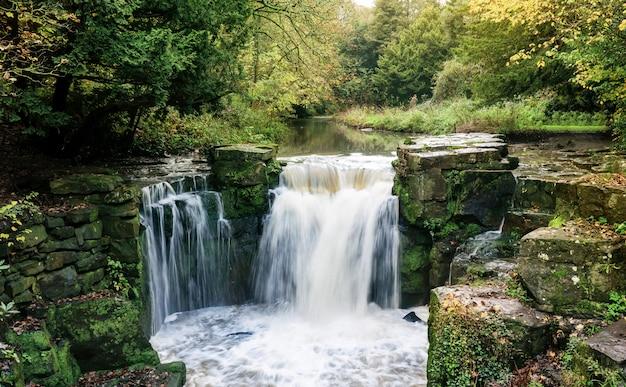 Jesmond dene waterfall jesienią, centrum miasta newcastle upon tyne