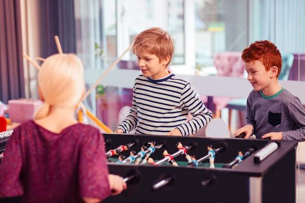 Jest ok. dwóch chłopców grających w grę z uśmiechem na twarzach