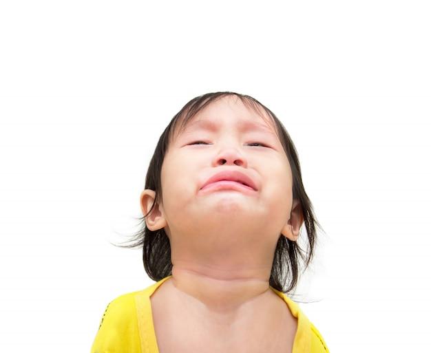 Jest smutnym małej dziewczynki obsiadaniem na białej podłoga z ścinek ścieżką.