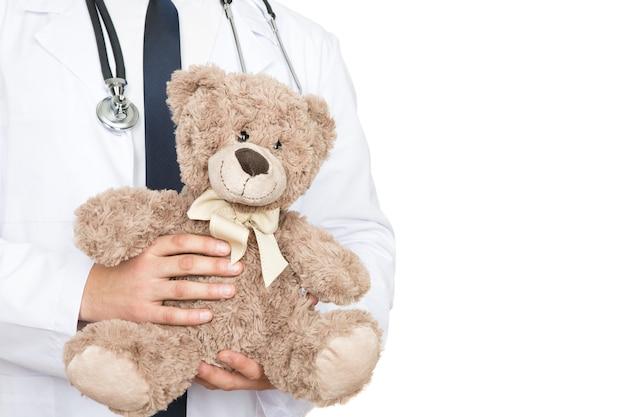 Jest wart twojego zaufania. przycięte zdjęcie mężczyzny lekarza trzymającego misia