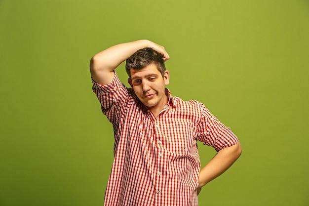 Jestem zmęczony wszystkim. znudzony człowiek. nudna, nudna, żmudna koncepcja. młody kaukaski mężczyzna emocjonalny