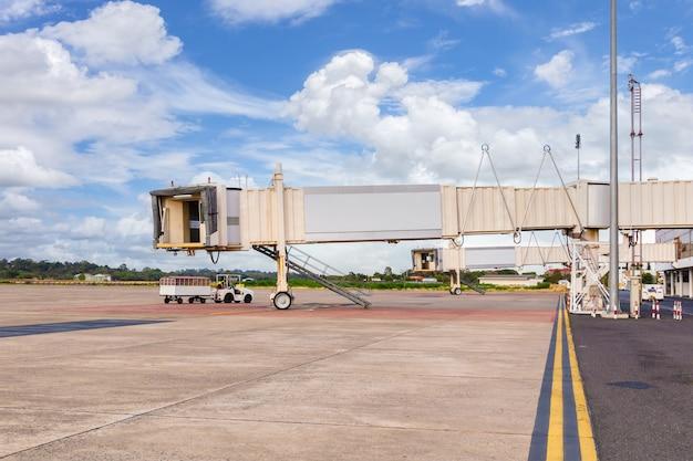 Jetway czekający na samolot przylatujący na lotnisko, prowincja ubon ratchathani, tajlandia