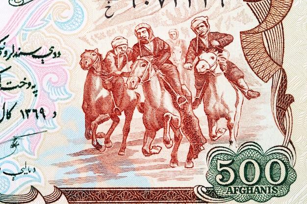 Jeźdźcy konkurujący w buzkashi z afgańskich pieniędzy