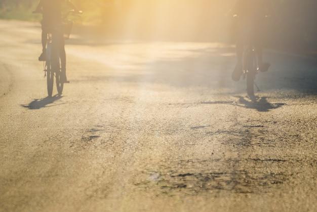 Jeździć rowerem wieczorem.