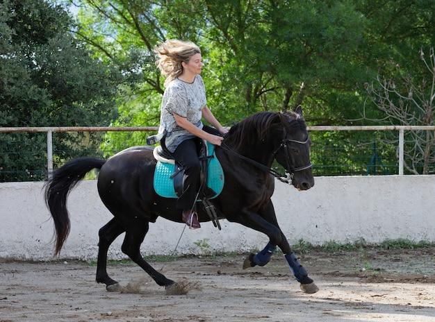 Jeździec kobieta i koń
