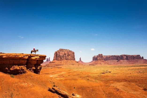Jeździec na koniu na szczycie góry z piaskowca