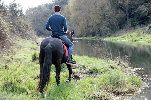 Jeździec trenuje jej czarnego konia