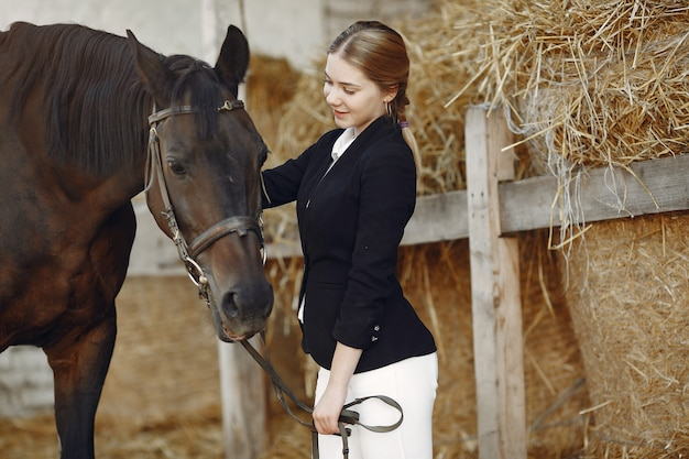 Jeździec trenuje z koniem