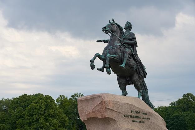 Jeździec z brązu konny pomnik piotra wielkiego na placu senackim w sankt petersburgu w rosji.