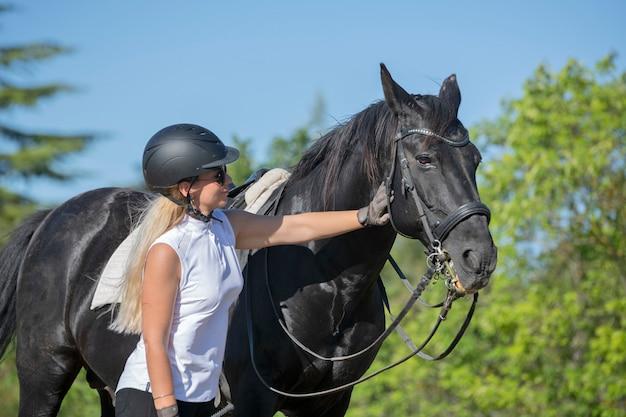 Jeździecka dziewczyna i koń