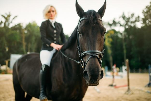 Jeździectwo, kobieta pozuje na koniu