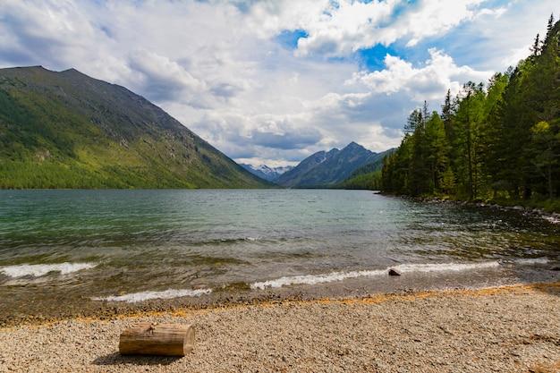 Jeziora multinsky w górach ałtaju.
