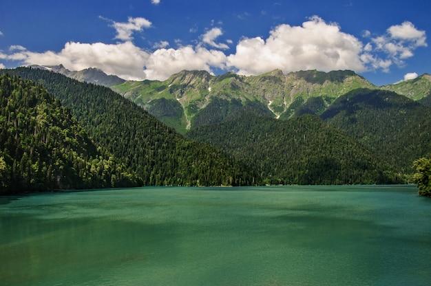 Jeziorny ritsa przy górami w abkhazia