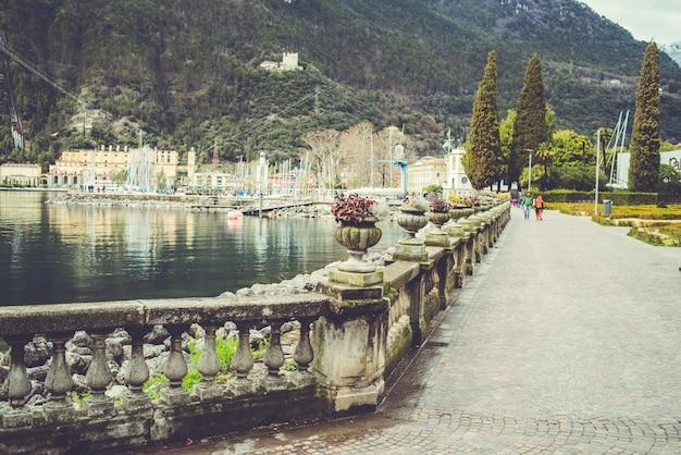 Jezioro alpejskie garda