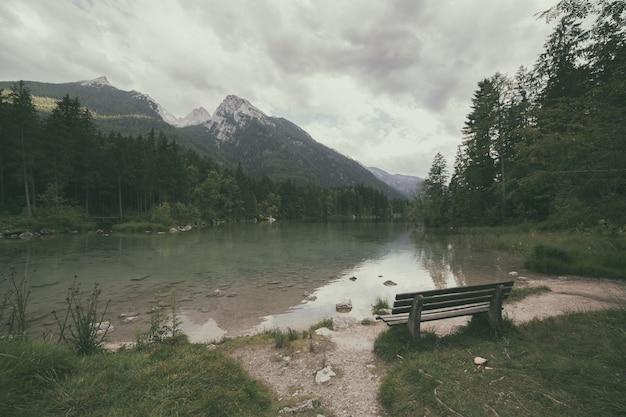 Jezioro alpejskie. vintage w stylu retro