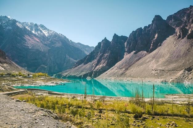 Jezioro attabad w górach karakoram. sławny punkt zwrotny w hunza dolinie, pakistan.