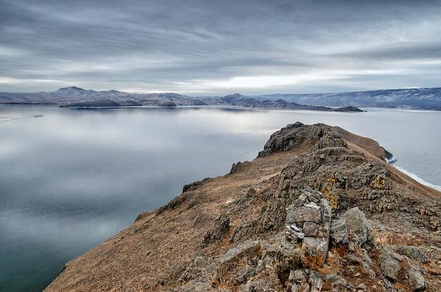 Jezioro bajkał i kobilya golova kołyszą się w grudniowym chłodzie. czas zamrożenia. kry pływa na wodzie