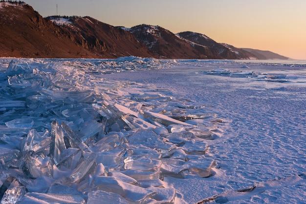 Jezioro bajkał na syberii o zachodzie słońca