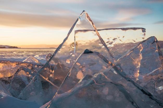 Jezioro bajkał o zachodzie słońca, wszystko pokryte jest lodem i śniegiem