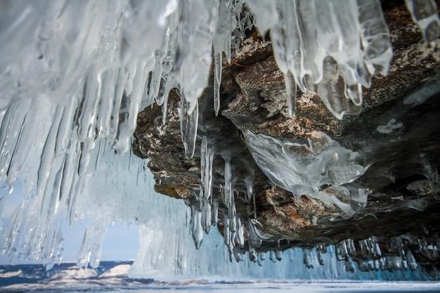 Jezioro bajkał to mroźny zimowy dzień. największe jezioro ze słodką wodą. jezioro bajkał jest pokryte lodem i śniegiem