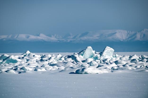 Jezioro bajkał zimą na syberii