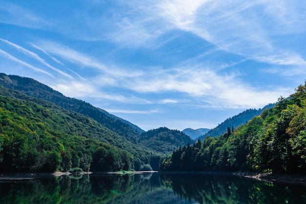 Jezioro biogradsko w parku narodowym biogradska gora (czarnogóra, europa)