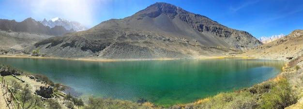 Jezioro borith znajduje się w pobliżu lodowca passu i lodowca ghulkin w sezonie wiosennym.