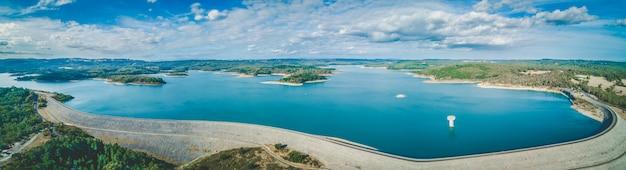 Jezioro cardinia reservoir. panoramiczny krajobraz z lotu ptaka