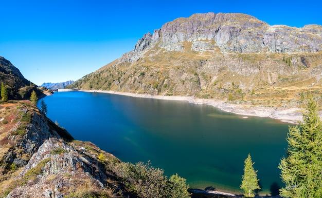 Jezioro colombo w dolinie brembana bergamo