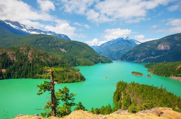 Jezioro diablo w parku narodowym north cascades, waszyngton, usa. piękne naturalne krajobrazy