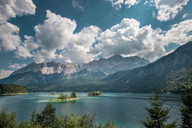 Jezioro eibsee i góra zugspitze w słoneczny letni dzień w niemczech