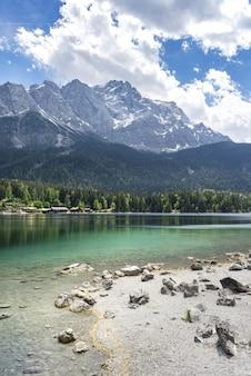 Jezioro eibsee w niemczech przed górą w ciągu dnia