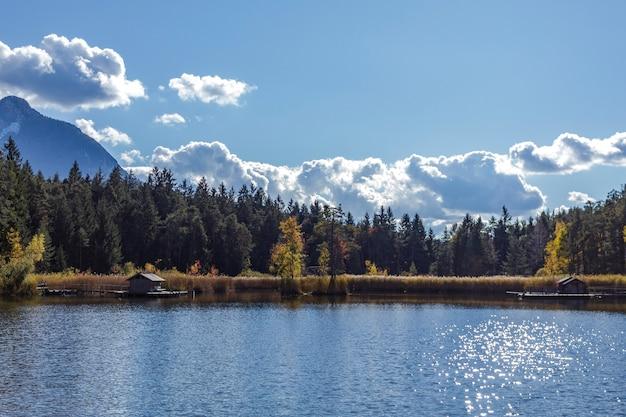 Jezioro fiヨ w trydencie. miejsce otoczone przyrodą ze ścieżkami dla wszystkich grup wiekowych.