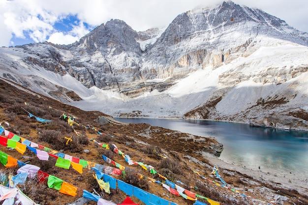 Jezioro five colours w parku narodowym doacheng yading, syczuan, chiny