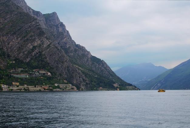 Jezioro garda i krajobraz gór, limone sul garda
