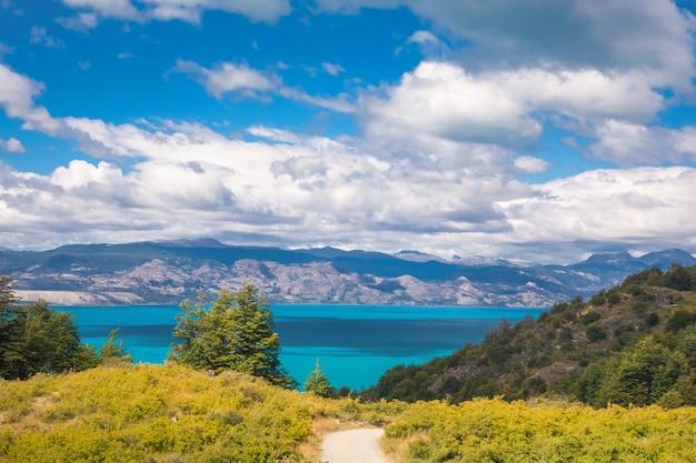 Jezioro, góry i wulkan piękny krajobraz, chile, patagonia, ameryka południowa