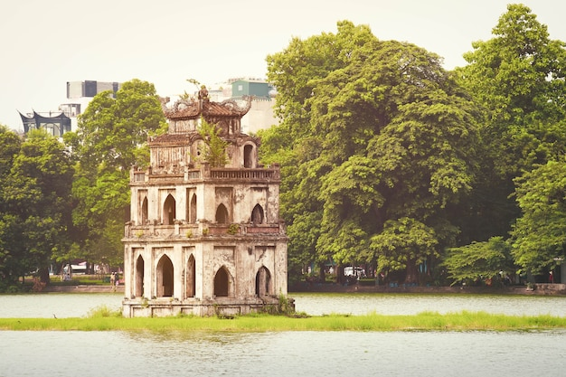 Jezioro hoan kiem (jezioro miecza, ho guom) w hanoi, wietnam