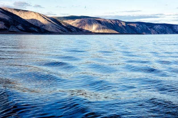 Jezioro i góry syberii z odbiciem