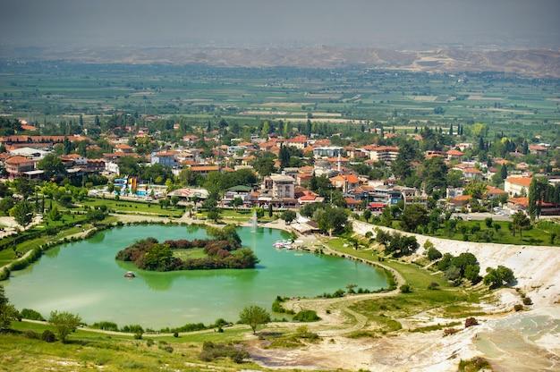 Jezioro i naturalne formacje węglanowe na górze w pamukkale, turcja