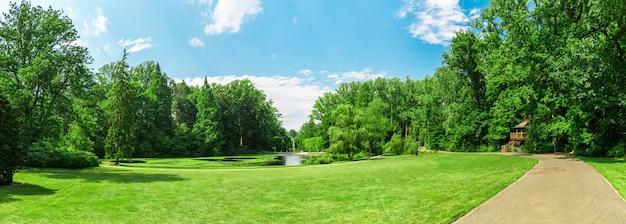 Jezioro i spacer boczny w wiosennym parku