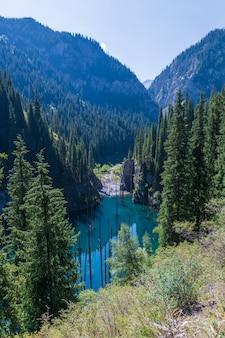 Jezioro kaindy - górskie jezioro w kazachstanie