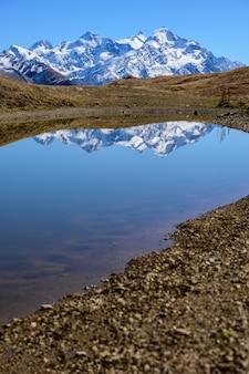 Jezioro koruldi w swanetii, gruzja. widok na góry kaukazu.