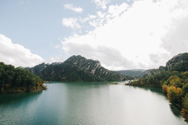 Jezioro krajobraz z górami po bokach w catalonia przy jesienią w słonecznym dniu