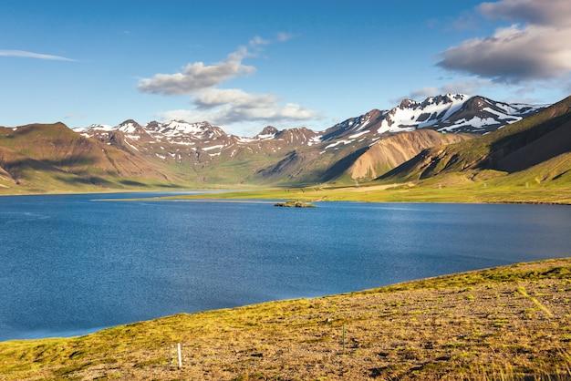 Jezioro kraterowe w obszarze landmannalaugar, rezerwat przyrody fjallabak, islandia